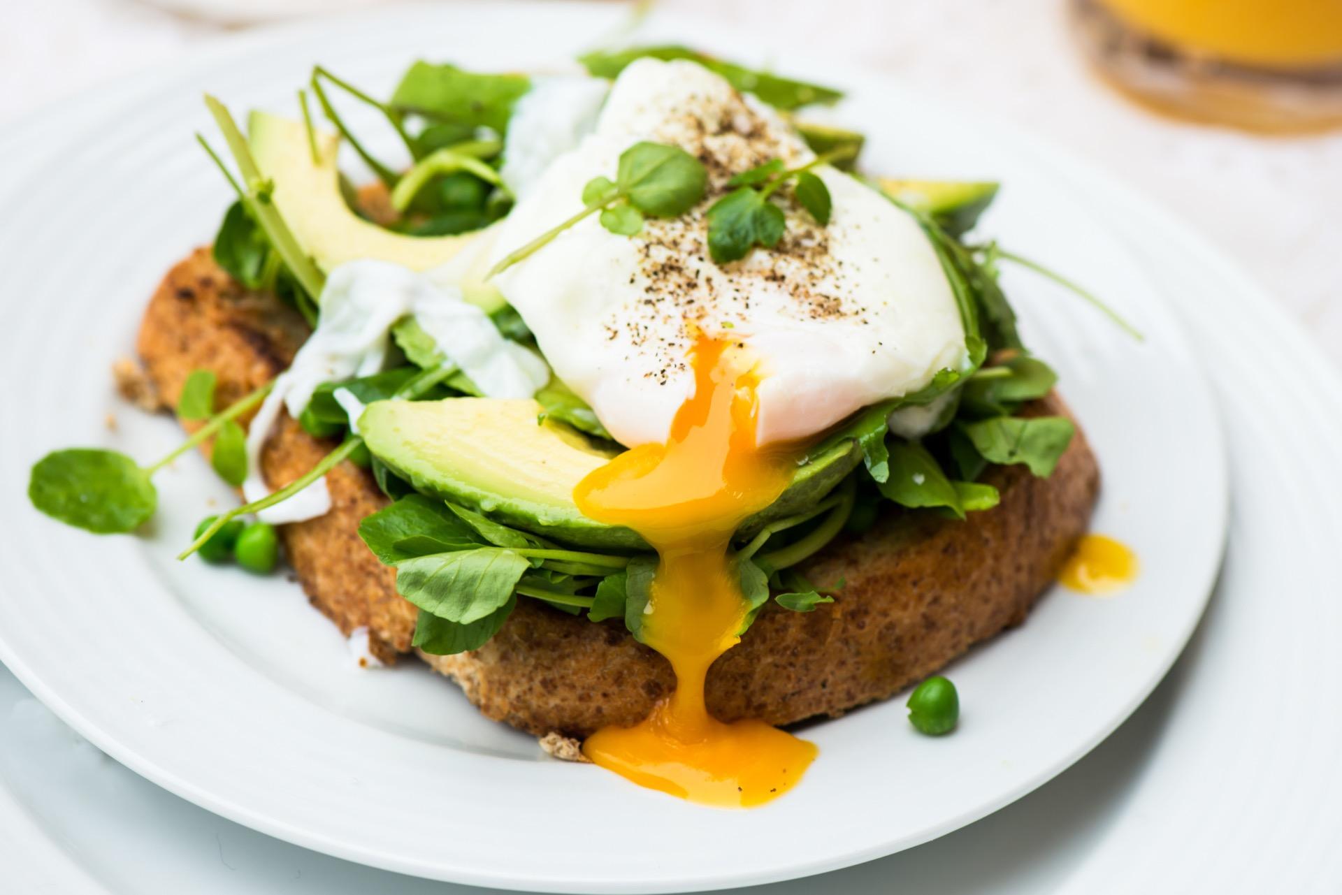 Proteiner får du enkelt i deg ved å inkludere ett eller flere egg i frokosten. Sammen med skivet avokado og grovt brød, er dette en super kombinasjon!