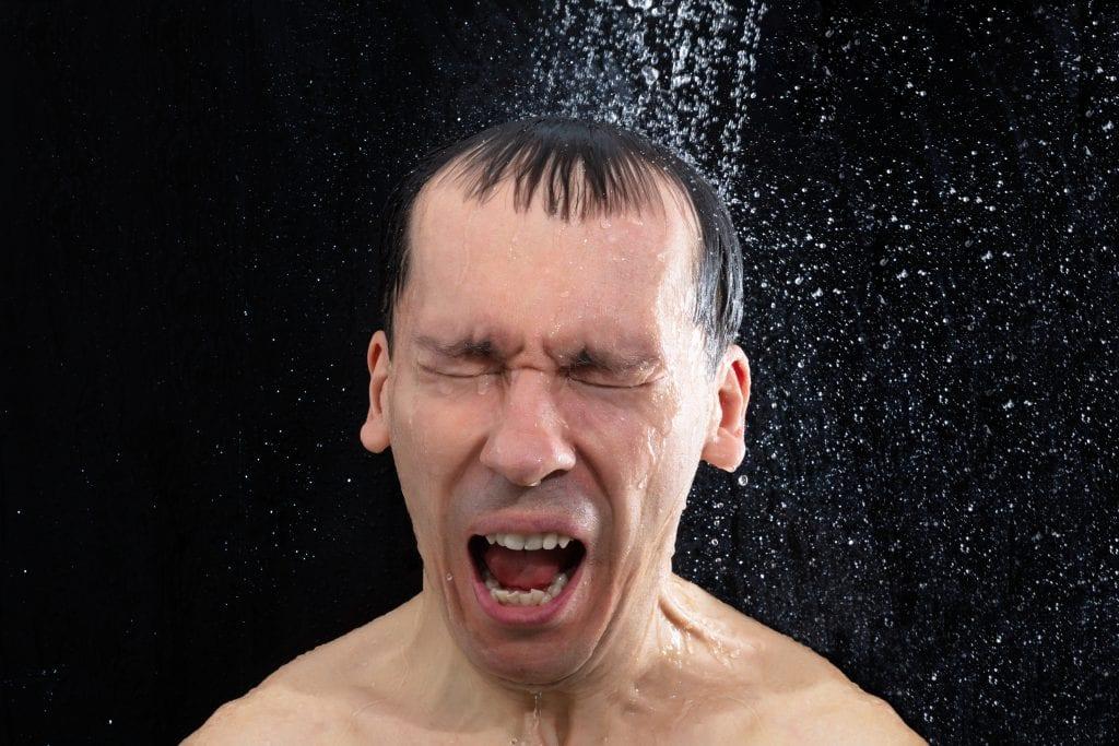 dusje i kaldt vann